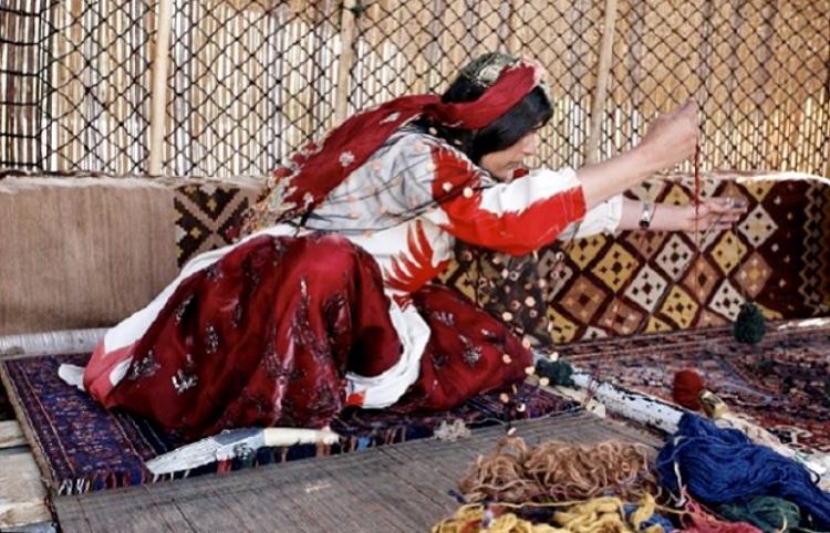 Modern Kelim rug weaver making a Kelim rug - genuine handmade modern kelim